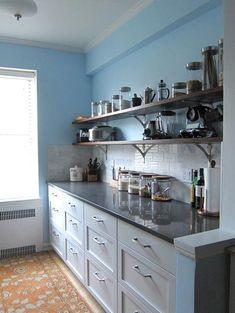 Antes e Depois: Cozinha com prateleiras sobre a bancada