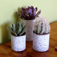 These DIY Marbled Planters Will Give Your Home The Life It Needs – Ideen zum Basteln – Home crafts Fun Crafts, Diy And Crafts, Soup Can Crafts, Diy Décoration, Diy Planters, Garden Planters, Diy Videos, Hacks Videos, Diy Kitchen