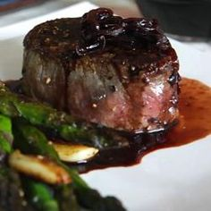 Recipe photo: Fillet steaks with shallot and red wine sauce