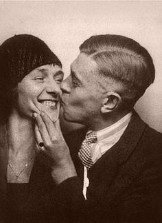 René Magritte beija sua esposa Georgette Berger in 1929.  Veja mais em: http://semioticas1.blogspot.com.br/2013/06/arte-entre-guerras.html