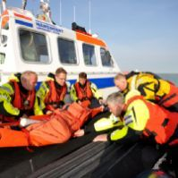 Westerschelde-oefening 2014. Bemanning Jan van Engelenburg geeft patiënt over aan bemanning Zeemanshoop.
