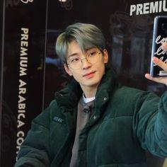 Woozi, Jeonghan, Korean Glasses, Baile Hip Hop, Boyfriend Photos, Won Woo, Seventeen Wonwoo, Seventeen Wallpapers, Iconic Photos