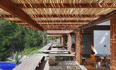 pergolado de bambu em varanda moderna