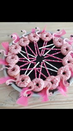 These pink flamingo donut sticks are so cute! The perfect an.- These pink flamingo donut sticks are so cute! The perfect and easy treat for gir… These pink flamingo donut sticks are so cute! The perfect and easy treat for girls. Pink Flamingo Party, Flamingo Baby Shower, Flamingo Birthday, Diy Birthday, Pink Flamingos, Birthday Parties, Birthday Cakes, Flamingo Cupcakes, Birthday Treats