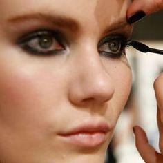 Suggerimenti e dritte del make up artist sul trucco occhi delle donne che vanno dai 55 anni in poi