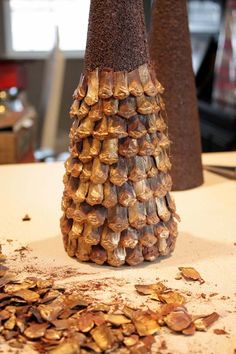 Кедровые, сосновые, еловые шишки сами по себе уже настоящие арт-объекты, созданные природой. Это удивительный и бесплатный материал для творчества, который может выглядеть даже гламурно, если приложить немного творческой мысли. Вдохновляемся и отправляемся в лес, а потом с удовольствием мастерим своими золотыми ручками необычные украшения для дома. Можно сделать стильный венок: Декоративную…