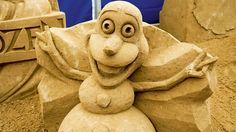 """Olaf, der lustige Held aus dem Animationsfilm """"Frozen"""", wird in der deutschen Fassung von Hape Kerkeling gesprochen. Auf Rügen wird aus dem Schneemann ein Sandmann."""