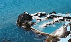 """A incrível piscina natural feita de rocha vulcânica que fica dentro do mar.  Formada naturalmente por rochas vulcânicas, a piscina Poça do Gomes está entre os mais exclusivos destinos de férias e fica no arquipélago da Madeira, em Portugal. As """"poças"""" são resultado de erupções que aconteceram há milhões de anos."""