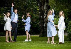 Fotosessie koninklijk gezin zomer 2020 - Blauw Bloed Dutch Queen, Royal Monarchy, Dutch Royalty, Wale, Three Daughters, Queen Maxima, Royal House, Bridesmaid Dresses, Wedding Dresses