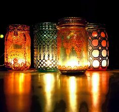 Mason jar crafts are infinite. Mason jars are usually used for decorators, wedding gifts, gardening ideas, storage and other creative crafts. Here are some Awesome DIY Mason Jar Crafts & Projects that can help you reuse old Mason Jars for decoration Pot Mason Diy, Lace Mason Jars, Mason Jar Candle Holders, Mason Jar Lanterns, Mason Jar Lighting, Painted Mason Jars, Hanging Lanterns, Candle Lanterns, Mason Jar Crafts