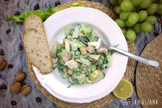The main ingredients of Waldorf salad are apples, celery, mayonnaise and nuts. In the recipe with chicken and mayonnaise sauce based on natural yoghurt. You can also add turkey, raisins or grated lemon peel to the salad