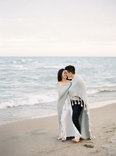 8 romantic ideas for your engagement session: Photography: When He Found Her - https://www.whenhefoundher.com/