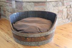 Barril de vino cama del perro por RockCreekFurnitureCo en Etsy, $250.00