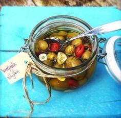 Dan kun je dit recept voor gemarineerde olijven heel goed gebruiken. Weet jij waar je de lekkerste olijven kunt scoren..... Ze worden vaak verkocht bij de