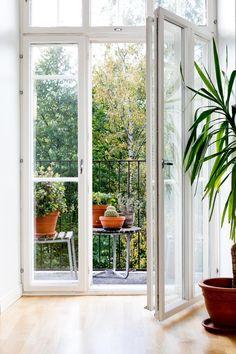 Tämä talo on alunperin tsaarin armeijan käyttöön 1900-luvun alkupuolella rakennettu asuintalo merelliseen Katajanokan kupunginosaan.  Talo saneerattiin vuosituhannen vaihteessa perusteellisesti ja edustaa tekniikaltaan nykypäivää. Valoa tulviva läpitalon huoneisto ihastuttavalla parvekkeella, josta avautuu kaunis näkymä rauhalliselle puistomaiselle sisäpihalle. Talossa hissi ja esteetön pääsy! Myynti / Försäljning / Sales Matias von Schantz  Bo Lkv +358500870872 matias@bolkv.fi