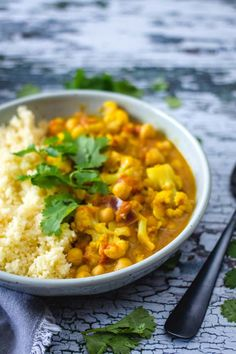 Food And Drink 64950419613487078 - Curry de Chou-Fleur et Pois Chiches – Basilic et romarin Source by ingridfasquelle Savory Pumpkin Recipes, Tofu Recipes, Curry Recipes, Lunch Recipes, Healthy Dinner Recipes, Vegetarian Recipes, Freezer Recipes, Vegan Curry, Vegetarian