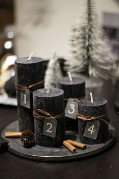 34 Moody And Dark Christmas Décor Ideas - DigsDigs Minimal Christmas, Christmas Mood, Noel Christmas, Modern Christmas, Scandinavian Christmas, Christmas Advent Wreath, Advent Wreaths, Christmas Countdown, Deco Table Noel