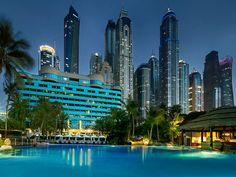 Das Le Meridien Mina Seyahi Beach Resort & Marina liegt vor der Palm Jumeirah, diese lässt sich aus dem Hotelinneren bewundern. Zum Luxushotel gehört der hoteleigene Sandstrand. Täglich fahren mehrere, kostenlose Busshuttle zur Dubai Mall.