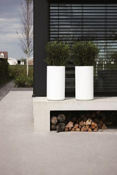 Moderne tuin met witte plantenbakken (Elho Pure).