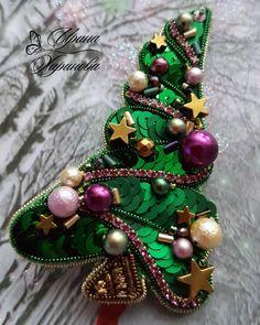 Автор @alla_jewelry 💎 💎 〰〰〰〰〰〰〰〰〰〰〰〰〰〰 По всем вопросам обращайтесь к авторам изделий!!! 💎 #ручнаяработа #брошьизбисера #брошьручнойработы… Hand Embroidery Art, Beaded Embroidery, Beaded Brooch, Beaded Jewelry, Bead Crafts, Diy And Crafts, Brooches Handmade, Christmas Jewelry, Beads And Wire