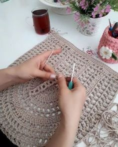 Çantayı y cm This Pin was discovered by hil Crochet Bag + Diagram + Step By Step Tutorials Crotchet Bags, Knitted Bags, Crochet Handbags, Crochet Purses, Love Crochet, Bead Crochet, Crochet Flor, Crochet Stitches, Crochet Patterns