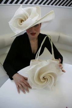 Flower hat and matching handbag. Fascinator with matching bag Kentucky Derby here I come! Styling and Profiling Fascinator Hats, Fascinators, Headpieces, Kentucky Derby Hats, Church Hats, Fancy Hats, Flower Hats, Wedding Hats, Love Hat