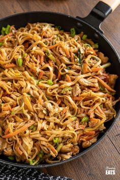 Easy Peanut Chicken Noodles - a delicious simple noodle stir fry with chicken, vegetables and a peanut sauce. Peanut Butter Stir Fry, Peanut Butter Chicken, Peanut Chicken Stir Fry, Chicken Noodle Stir Fry, Peanut Sauce Noodles, Fried Noodles Recipe, Chicken Noodle Recipes, Chicken Noodles, Slimming World Recipes Syn Free
