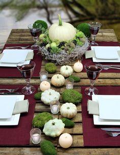 Herbstlich gedeckter Tisch mit weißem Kürbis: Tischsets und Servietten LOFT von Sander, zu bestellen bei www.sander-tischwaesche.de