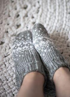 Harmaat kirjoneulevillasukat Crochet Socks, Knit Crochet, Knitting Projects, Leg Warmers, Fingerless Gloves, Mittens, Needlework, Slippers, Footwear