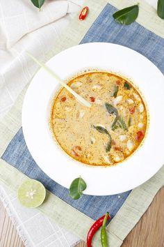 泰式冬蔭功湯/// 食譜特色 VEGAN 做好的冬蔭功湯可以配法包,或是加烏冬或粉絲。泰國茄子有不同的顏色,可以選三、四種,配上其他材料,令顏色更豐富。