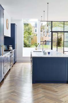 A deep blue kitchen in an open plan kitchen design with a beautiful kitchen island in the same blue colour. A deep blue kitchen in an open plan kitchen design with a beautiful kitchen island in the same blue colour. Faux Wood Flooring, Kitchen Flooring, Flooring Ideas, Wood Floor Kitchen, Modern Flooring, Laminate Flooring, Living Room Kitchen, New Kitchen, Stylish Kitchen