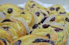 Šneci s vanilkovým pudinkem a borůvkami | NejRecept.cz Doughnut, Cereal, Food And Drink, Breakfast, Author, Morning Coffee, Breakfast Cereal, Corn Flakes