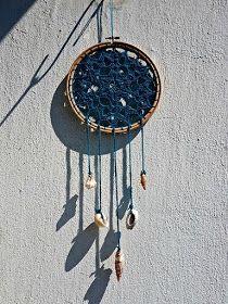 La ventana azul: 183.- Atrapasueños a crochet Wind Chimes, Dream Catcher, Outdoor Decor, Home Decor, Yarn Crafts, Diy And Crafts, Crochet Mandala, Crochet Dreamcatcher, Blue Nails