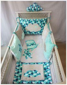 tour de lit carré nuage gris et tissu géométrique bleu turquoise