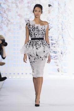 Retrouvez les photos du défilé Ralph & Russo Haute couture Printemps-été 2016, les meilleurs moments en vidéo, ainsi que les coulisses et les détails du show