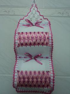 Porta papel higiênico.Feito em tecido estamine com trançado em fita de cetim.Com acabamento e crochê!Dá para colocar o rolo de papel higiênico de 60m! Faço da cor desejada.