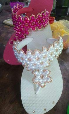 Um dos modelos de chinelos bordadoque está fazendo muito sucesso entre as mulheres sem dúvidas é o chinelo decorado com pérola. O chinelo é um calçado qu Crochet Sandals, Crochet Shoes, Crochet Slippers, Beaded Shoes, Beaded Sandals, Beaded Jewelry, Flip Flop Craft, Crochet Flip Flops, Decorating Flip Flops