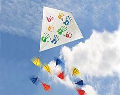 Drachen steigen lassen macht Spaß! Wir zeigen, wie Sie mit Ihren Kindern einen bunten Drachen selber bauen können. © TOPP-Verlag Kindergarten Portfolio, Kindergarten Art Projects, Activities For Kids, Crafts For Kids, Drake, Seasons, Creative, Handmade, Kites