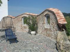 Steinmauer mit mediterranen Dachziegeln als Mauerabdeckung