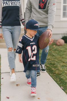 Christine Andrew share 5 tips for hosting game-day at your place, from good food and game-day apparel to the pre-game and the best way to get into the game. Family Outfits, Kids Outfits, First Football Game, Hello Fashion Blog, Christine Andrew, Jersey Outfit, Patriotic Outfit, Nfl, Fashion Games