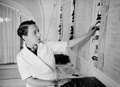 Elsa Shiaparelli escolhendo padronagens em seu atelier   Paris, 1938   Foto:  John Phillips   revista life