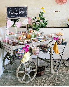 """Em 2016, as """"food stations"""" estão sendo uma grande tendência nos casamentos. ✨ ✨ E esta de balas e doces são um sonho, não só para crianças mas, principalmente, para os grandinhos que, nesses dias, se tornam crianças também! ✨ É demais! {via @aroundtheworldbride website} #armazeminspira"""