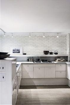 painted brick backsplash (and long above-counter shelf) Kitchen Tiles, Kitchen Dining, Nice Kitchen, Kitchen White, Beautiful Kitchen, Painted Brick Backsplash, White Kitchen Inspiration, White Brick Walls, White Bricks