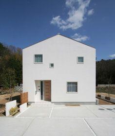 四角い窓の白い家 - 株式会社加度商