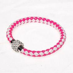 Pulsera bicolor de cuero. Bonita pulsera en tonos blanco y rosa, cierre a presión plateado con incrustaciones de pequeñas piedras strass