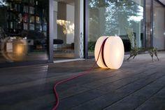 Authentics Yoyo Bodenleuchte oder leuchtender Beistelltisch mit aufrollbarem Kabel