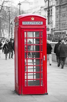 Cabina Londres. Un artístico cuadro contemporáneo en blanco y negro donde destaca una pulcra cabina roja, típica de Londres.