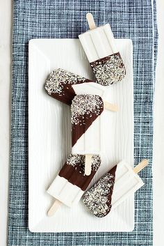 Boozy Coconut Popsicles - These Chocolate Dipped Coconut Popsicles are Infused with Rum (GALLERY). Spiced rum added to coconut milk then frozen. Chocolate dip them and sprinkle coconut pieces on top Ice Ice Baby, Frozen Desserts, Frozen Treats, Coconut Popsicles, Milk Shakes, Popsicle Recipes, Food Porn, Chocolate Dipped, Chocolate Cake