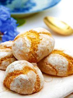 Sardinian macaroons - Gli Amaretti sardi sono una vera delizia tutta da mordere, a base di mandorle dolci e amare e con un aroma di limone che li rende ancor più delicati. #amarettisardi
