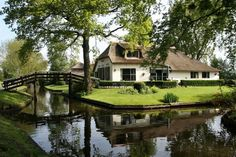 This village in Giethoorn, Netherlands has no roads, and the only access is by water over the many beautiful canals or in foot over its wooden arched bridges. Beautiful Homes, Beautiful Places, Amazing Places, Cool Pictures, Beautiful Pictures, Amsterdam Houses, Holiday Places, Little Italy, Bruges